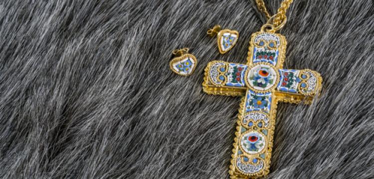 O Que É Crucifixo Colar e Como Usar na Moda?